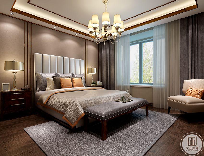 体现整洁、舒适的氛围。卧室的四面墙以及吊顶、在颜色的选择上,比如墙纸配以高级灰,吊顶搭配玫瑰金不锈钢,颇具现代审美情调。  用色彩的冲撞,诠释一种低调的腔调——随性、自我、随性、自我。自由而富有当代气息的空间设计,工业时代的装饰细节与个性且富有设计感的家具展现了设计师前沿的设计理念。