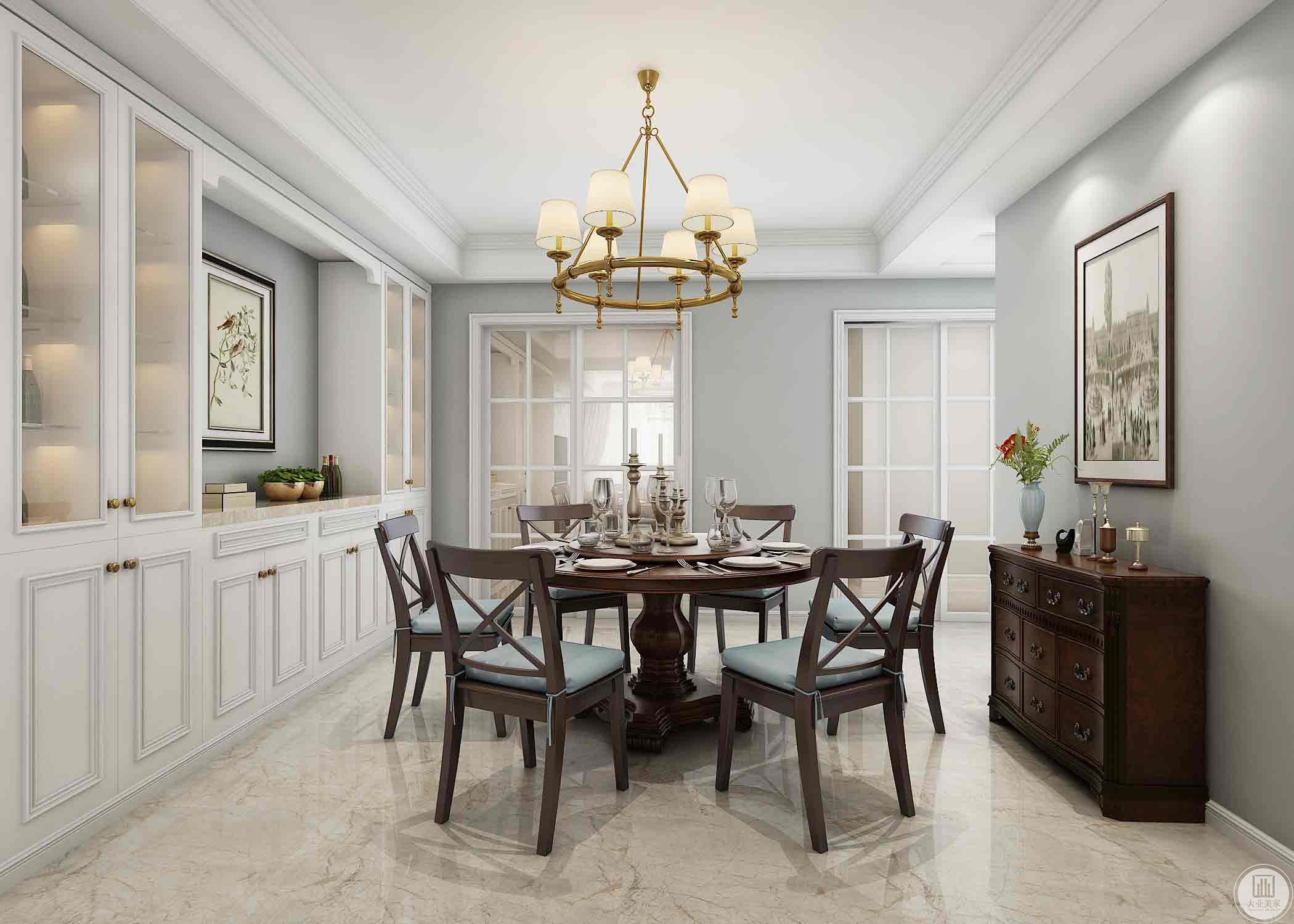 客餐厅家具的选择还是遵循着传统美式的特点,但是在灯具的选择上并没有选择传统的古铜色而是以大胆的香槟金色为主,不仅仅是与硬装的呼应,同时这种传统与创新的对比也为我们创造独一无二的家居体验。